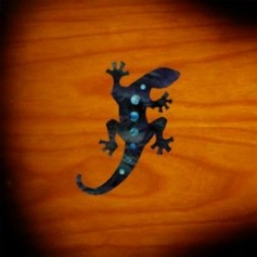 Petit sticker guitare lézard noir pearl
